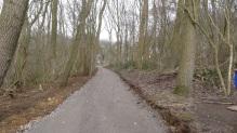 Rechts door de bomen de villa in het bos, ooit eigendom van de Sucrerie de Warcoing